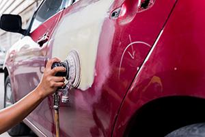車の傷を直すには、「板金塗装」が最適